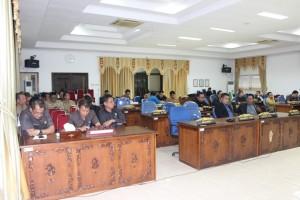 Anggota DPRD dan pimpinan SKPD menghadiri Sidang Paripurna Pengesahan APBD Sekadau Tahun Anggaran 2016