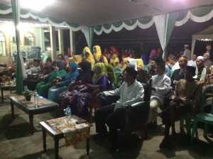 Masyarakat antusias menyaksikan berbagai lomba di Halaman Masjid Agung Al Qudsi Sukadana pada malam hari