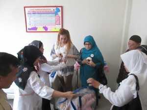 PERAH ASI. Duta ASI Singkawang Ny Malika Awang Ishak, dan Ketua TP-PKK Singkawang Agustina Abdul Mutalib ketika simulasi memerah ASI untuk bayi