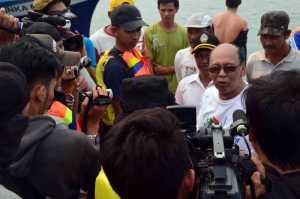 Para awak media yang mengikuti Jurnalis Trip sedang mewawancarai Bupati Kayong Utara pada Festival Karimata 2015