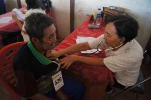 Warga diperiksa  kesehatanya oleh dokter