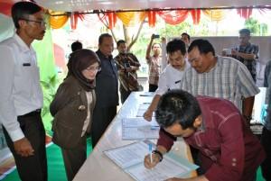 Radiman dari Multi Stakeholder Forum (MSF) Kecamatan Semparuk ikut menandatangani Janji Layanan di RSUD Pemangkat