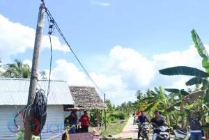 SUPLAI LISTRIK YANG RISKAN. Beginilah penyuplaian listrik di Parit Haji Tambong, Desa Jungkat, Kecamatan Siantan, Kabupaten Mempawah yang masih memprihatinkan. Selain menggunakan kayu seadanya untuk menyangga kabel, sambungannya juga asal-asalan. OCSYA ADE CP