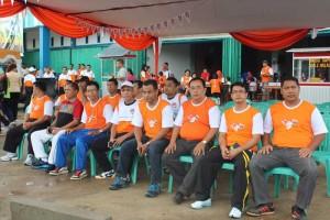 Ketua KPU Sekadau, Gusti Mahmud Buang SE bersama Kapolres Sekadau, AKBP Muslikhun SIK dan sejumlah warga sebelum kegiatan Jalan Sehat dimulai