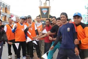 Sejumlah peserta Jalan Sehat foto bersama disela kegiatan Jalan Sehat