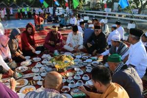 Usai peresmian Jembatan Agen Baru, semua yang hadir disuguhkan berbagai kuliner khas Singkawang
