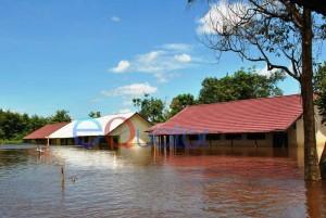 SEMENTARA TAK SEKOLAH. SMPN 4 Satu Atap, Dusun Senabah, Desa Semangak, Kecamatan Sejangkung, Sambas, terendam air setinggi 1,3 meter, Kamis (25/2). M. RIDHO