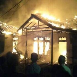DILAHAP. Rumah Andreas yang ditempati ayah mertuanya, Unan, saat dilahap sijago merahi, Senin (14-3) sekitar pukul 22. 55 Wib--Dedi Irawan (1)