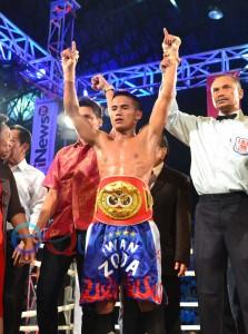 GAGAH. Juara kelas terbang Asia Pasifik versi World Boxing Otganization (WBO), Iwan 'Sniper' Zoda berdiri tegak menyerukan kemenangan dengan memakai sabuk Juara Dunia versi International Boxing Federation (IBF) di GOR Pangsuma, Sabtu (2/4) malam.