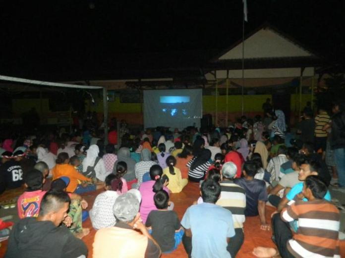 Pemerintah Desa KPK bekerja sama dengan Koramil 1202-08/Sekura menggelar nonton bareng film penumpasan penghianatan G.30.S. PKI,