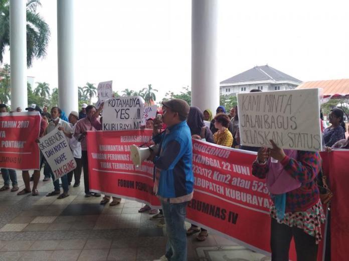 uluhan warga Perumnas IV menggelar unjukrasa di Kantor Gubernur dan DPRD Kalbar