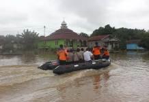 im BPBD-PK Sekadau bersama kepolisian dan Camat Sekadau Hilir memantau banjir