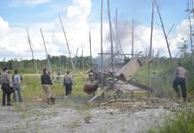 DIMUSNAHKAN. Polisi memusnahkan peralatan PETI saat operasi di Belitang Hilir, Jumat siang (23/2). Polres Sekadau for RK