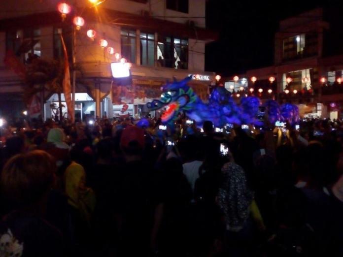 Sembilan naga yang tercatat dalam rekor MURI beraksi dalam pawai lampion di Jl Sejahtera, Rabu(28/2) SUHENDRA RK