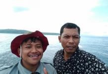 TUNTAS: Wajah sumringah M. Rizqi Mubarok (kiri) usai pengukuran arus laut di perairan Obi yang dikenal dengan gelombang dahsyatnya tuntas, Kamis (15/3).RUSTAM ODE NURU/MALUT POST