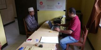 PERIKSA. Tersangka AY saat diperiksa di Polsek Subah, Rabu (28/2)—Sairi/RK