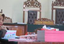 MENUNGGU. Ketua Tim JPU Kejati Kalbar dalam perkara korupsi Alkes Kota Pontianak tahun 2012, Mindaryu menunggu Majelis Hakim dimulainya persidangan di Pengadilan Tipikor Pontianak, Rabu (28/2). Achmad Mundzirin-RK