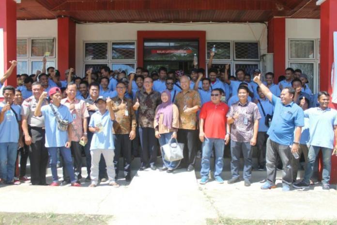 PEMBEKALAN. Foto bersama usai memberikan penguatan pembekalan dalam Welcoming Programs terhadap 76 Pekerja Migran Indonesia asal Lombok dan Mataram, Nusa Tenggara Barat di ULKI Entikong, Kabupaten Sanggau, Jumat (2/3). KJRI Kuching for RK