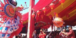 MELEPAS. PJ Gubernur Kalbar Dody Riyadmadji melepas parade naga terpanjang di Festival Capgome Kota Pontianak 2018 di Jalan Gajah Mada, Jumat (2/3). Rizka Nanda-RK