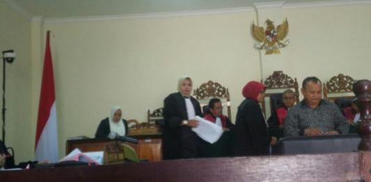 SAKSI. Direktur PT. Trigels Indonesia, Sumino (kemeja hitam lengan panjang) ketika menjadi saksi dalam perkara korupsi pengadaan Alkes Pontianak 2012 di Pengadilan Tipikor Pontianak, Selasa (20/3) Achmad Mundzirin-RK