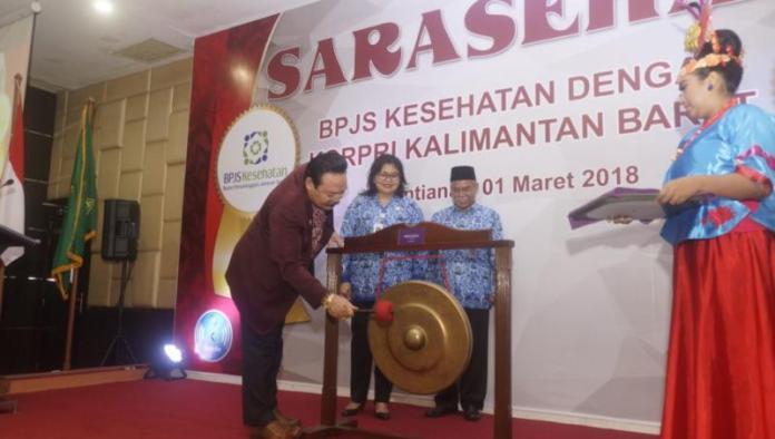 SARASEHAN. Sy. Yusniarsyah Syahab memukul gong tanda dimulainya kegiatan Sarasehan BPJS Kesehatan dengan Korpri Kalbar di Hotel Mercure, Pontianak, Kamis (1/3). Humas Pemprov for RK