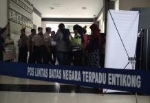 DIDEPORTASI. Puluhan PMI-B yang kerja di Malaysia dipulangkan melalui PLBN Terpadu Entikong, Sanggau, Kamis (1/3)—KJRI Kuching for RK
