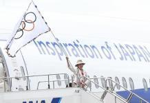 OLIMPIADE. Gubernur Tokyo, Yuriko Koike, mengibarkan bendera Olimpiade, dalam publikasi Jawa Pos, beberapa waktu lalu. Admin disway.id for Rakyat Kalbar