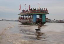 Atraktif. Seorang wakeskater melakukan trik yang atraktif sehingga menuai decak kagum wisatawan yang sedang menikmati pesona eksotika di sepanjang Sungai Kapuas, Kota Pontianak, beberapa waktu lalu.