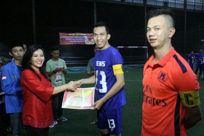 Calon Gubernur Kalbar, dr. Karolin Margret Natasa membagikan piala dan piagam penghargaan kepada para pemenang Imlek Cup IV Futsal Competition Kota Singkawang.