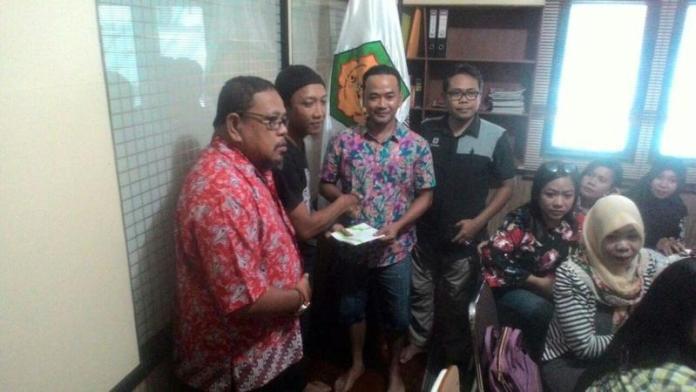 Penyerahan bantuan oleh Ketua PFKPM kepada perwakilan Sanggau Peduli Kanker