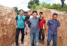DESA UNIK. Kunjungan Bupati Danny Missy (tengah) ke Desa Tuguraci yang dikenal ketat menerapkan sanksi adat beberapa waktu lalu. FITRAH A. KADIR/MALUT POST