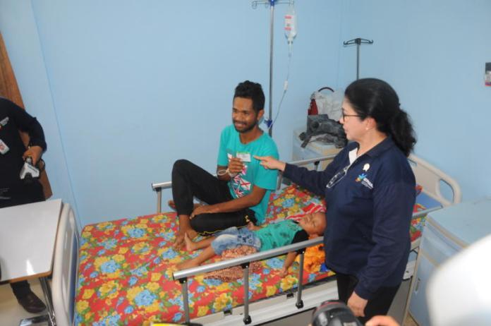 PAMER KARTU JKN. Menkes Nila F Moeloek menjenguk salah seorang pasien rawat inap di Puskesmas Balai Karangan, Sanggau, Selasa (17/4). Pasien itu menunjukkan kartu Jaminan Kesehatan Nasional di hadapan Menkes. Rizka Nanda-RK
