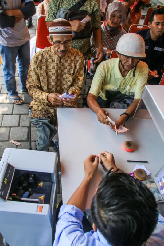 TUKAR RUPIAH. Warga mendatangi stand penukaran Rupiah di Lombok. Lombok Pos Photo