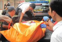 EVAKUASI. Kepolisian tengah mengevakuasi jasad Sugeng untuk dibawa ke RSUD dr Soedarso, Senin (23/4)--Maulidi Murni