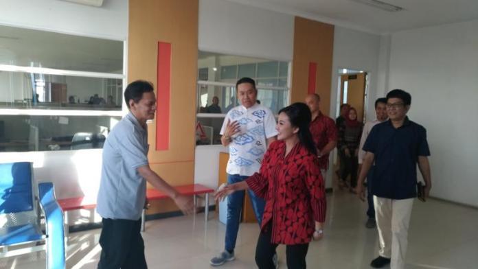 MEDIA VISIT. Cagub Kalbar, Karolin Margret Natasa menyalami Wadir Harian Rakyat Kalbar, Jailani Kasno ketika bertandang ke dapur redaksi, Senin (16/4) sore—Ocsya Ade CP