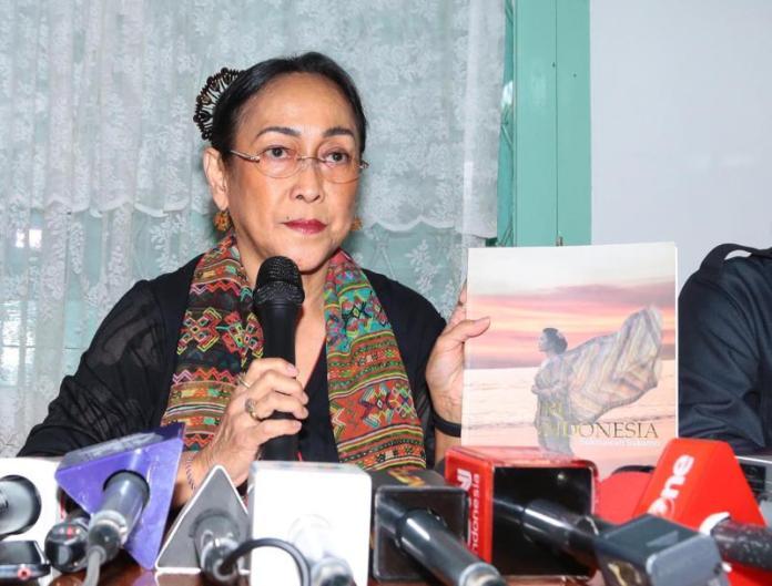 MINTA MAAF. Sukmawati Soekarnoputri meminta maaf kepada publik atas kelakuannya membaca puisi yang diduga telah menistakan umat Islam, di Warung Daun, Jakarta, Rabu (4/4). FEDRIK TARIGAN-Jawa Pos