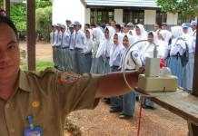 FAKIR SINYAL. Kepala SMKN Kelautan Pulau Tanjung Selayar, Edi Rohaedi, menunjukkan sambungan kabel internet untuk pelaksanaan UNBK di sekolahnya. ZALYAN SHODIQIN ABDI-RADAR BANJARMASIN