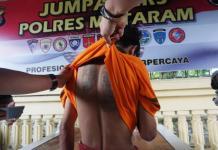 TAK BERDAYA. Dio, terduga pelaku jambret yang tertangkap Tim Resmob 701, Reskrim Polres Mataram, belum lama ini. Fatih Kudus Jaelani-Lombok Pos