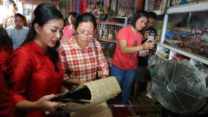 Cagub Kalbar Karolin Belanja Kerajinan Tangan di Pasar Tradisional Putussibau, Kapuas Hulu.