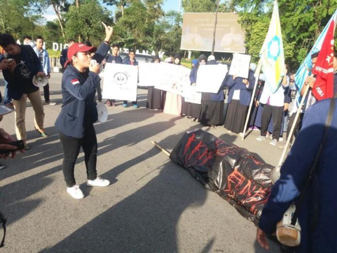 KERANDA MAYAT. Ratusan mahasiswa membawa keranda mayat sebagai simbol matinya reformasi di Indonesia dalam aksi di Digulis Untan, Senin (21/5). Andi Ridwansyah-RK