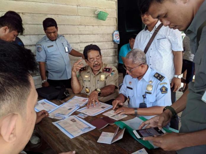 CEK SURAT. Dios Dani bersama Tim Pora Kapuas Hulu mengecek dokumen WNA asal Tiongkok yang akan bekerja di perusahaan tambang di Kecamatan Bunut Hulu, Rabu (16/5). Imigrasi Putussibau for RK