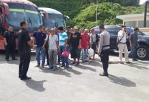 DIDEPORTASI. Petugas mendata 118 TKI bermasalah yang dipulangkan dari Malaysia melalui PLBN Terpadu Entikong, Minggu (27/5). Polsek Entikong for RK