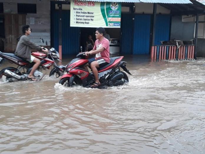 TERENDAM. Banjir yang merendam pasar Lintang Mandor, Minggu (20/5). Antonius-RK