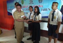 TERIMA BANTUAN. Salah seorang siswa SMPN 1 Lumar menerima bantuan beasiswa PIP di Aula Sekolah, Senin (14/5) pagi—Kurnadi/RK