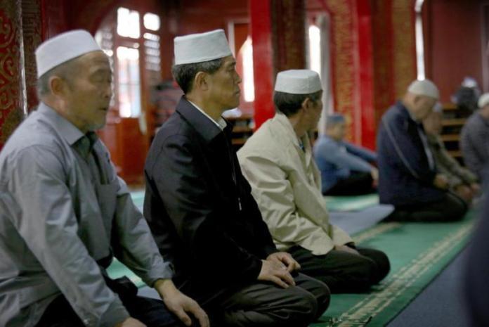 MASJID NIUJIE. Sejumlah muslim di Tiongkok menjalani ibadah Zuhur di Masjid Niujie, Beijing, Rabu (3/5). Masjid tersebut terbesar di Ibukota Tiongkok, yang menjadi titik awal masuknya Islam di daratan Tiongkok. Imam Husein-Jawa Pos