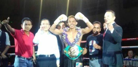 """JUARA ASIA. Ari """"The Turbo"""" Agustian ketika dinobatkan sebagai juara Asia WBC kelas Bulu 57 kg di Xiamen Stadium China kemarin. Ari Agustian for RK"""