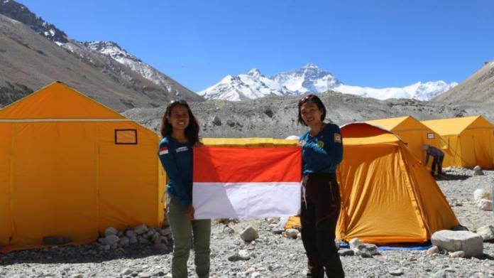 PEREMPUAN TANGGUH. Fransiska Dimitri Inkirawang bersama Mathilda Dwi Lestari (kiri) di Everest Base Camp. WISSEMU for Jawa Pos