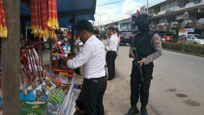 RAZIA. Petugas ketika melakukan pengecekan dan pemeriksaan lapak kembang api di sepanjang Jalan Juang Nanga Pinoh---Humas Polres for Rakyat Kalbar