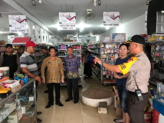 SIDAK. Tim gabungan memeriksa salah satu pasar swalayan yang ada di Nanga Pinoh, Kamis (24/5) sore--Dedi Irawan/RK