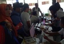 EMOSI JIWA. Konsumen dengan protes di loket Wings Air di Bandara Supadio Pontianak, Minggu (29/4), setelah lama ditelantarkan. Akhirnya keberangkatan ke Ketapang dicancel hingga Senin (30/4) pagi. Kamiriluddin-RK